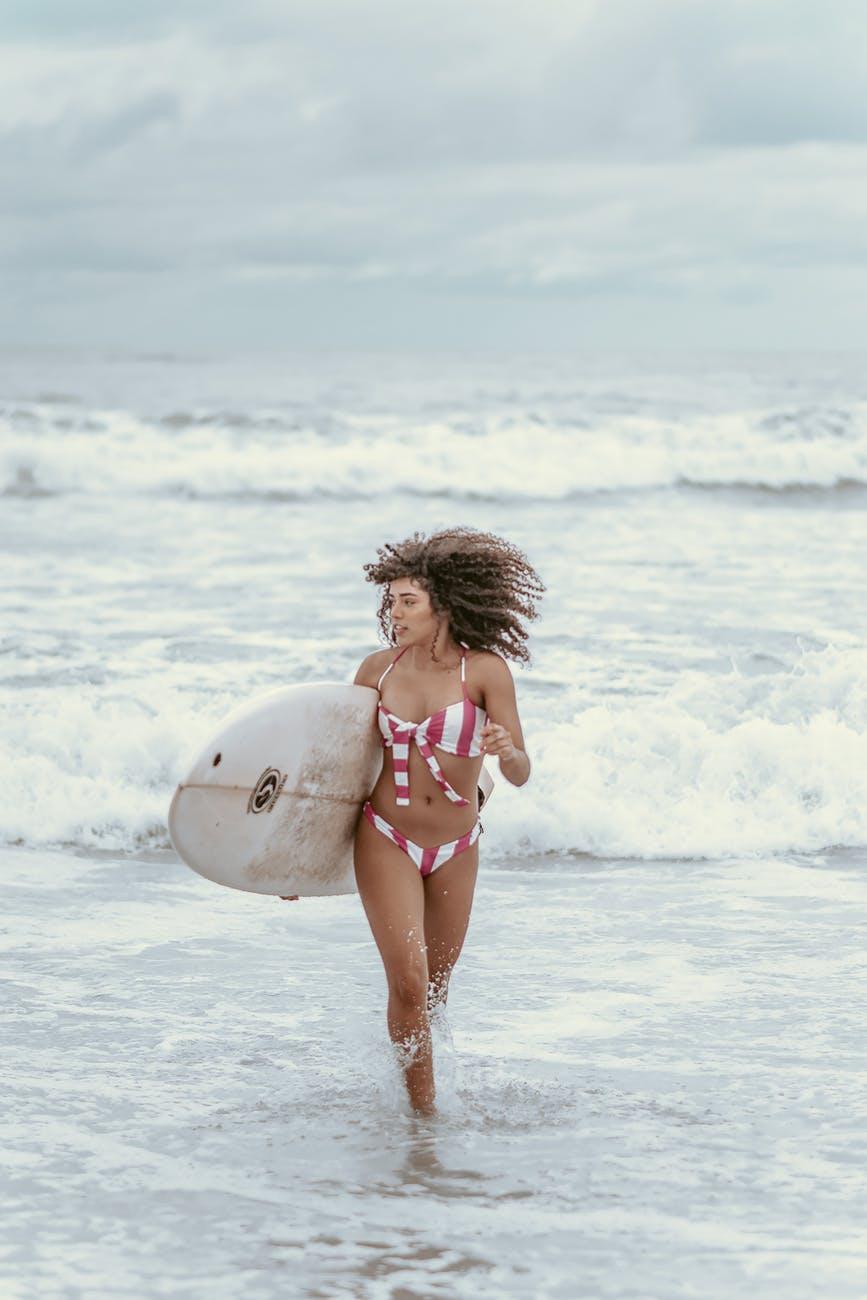 Banho de mar pode ter efeitos positivos no cabelo. Crédito: Pexels/Bia Sousa.