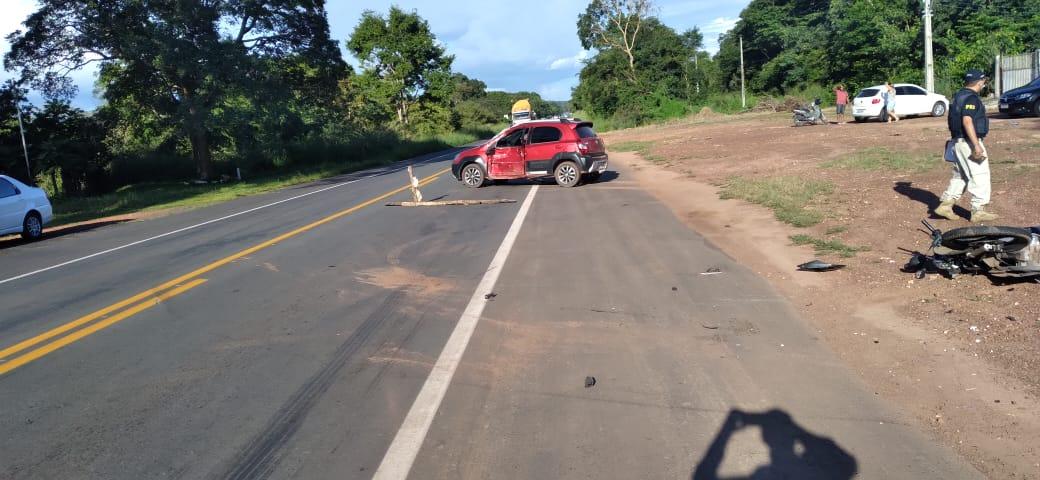Motorista do veículo tentou realizar uma conversão para a esquerda quando o casal colidiu no carro - Foto: Divulgação/PRF