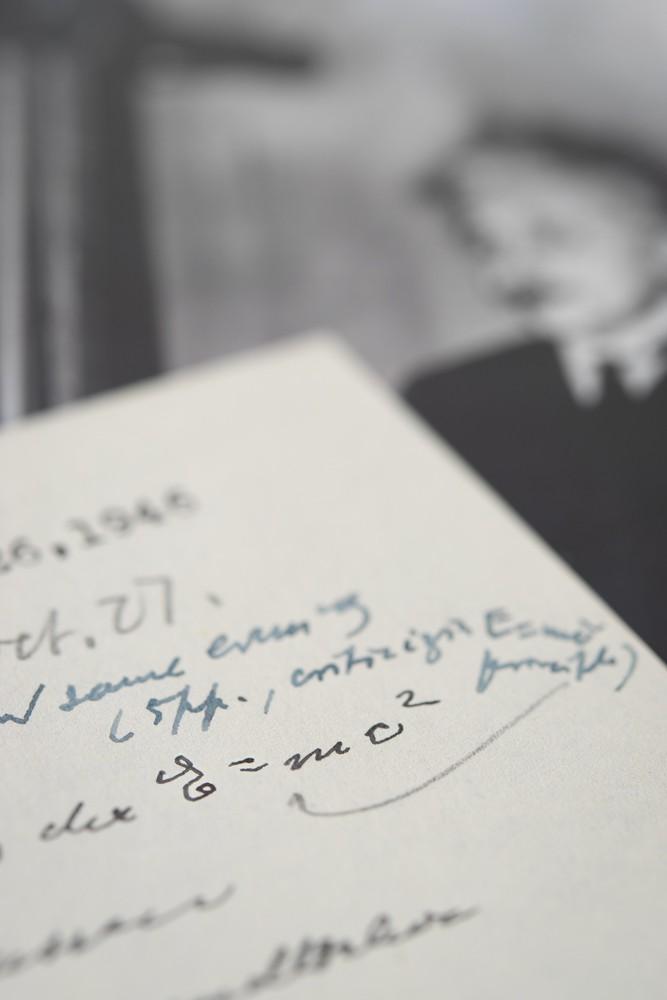 A equação faz parte da Teoria da Relatividade Restrita, considerada um divisor de águas (Foto: RR/Auction)