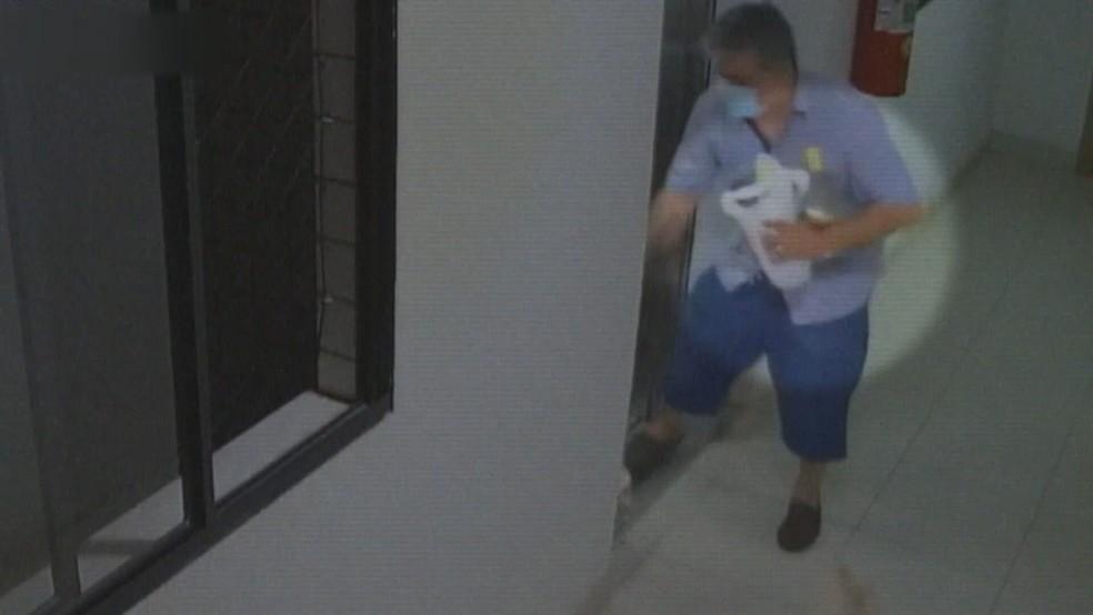 Imagens do circuito de segurança mostram promotor chegando em casa com duas garrafas de cachaça