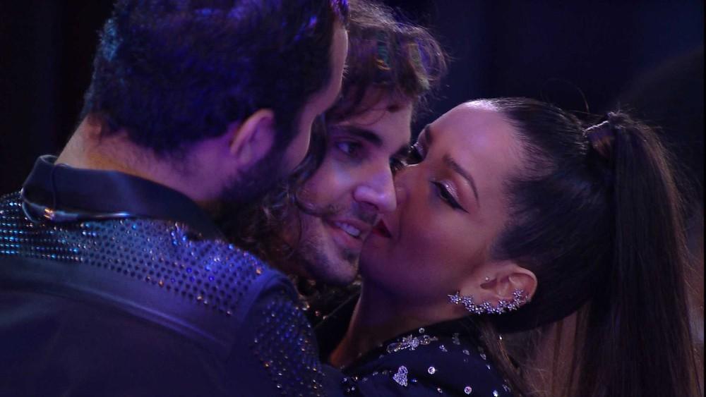 Juliette e Gilberto beijam Fiuk no BBB21 — Foto: Globo