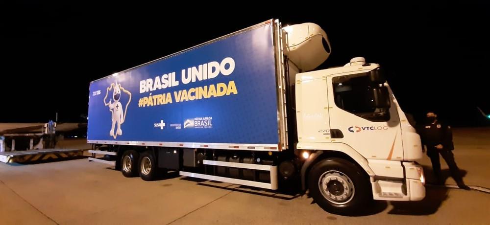 Caminhão que fez o transporte da vacina da Pfizer de Campinas (SP) até o centro de distribuição do governo federal em Guarulhos (SP) — Foto: Vanderlei Duarte/EPTV