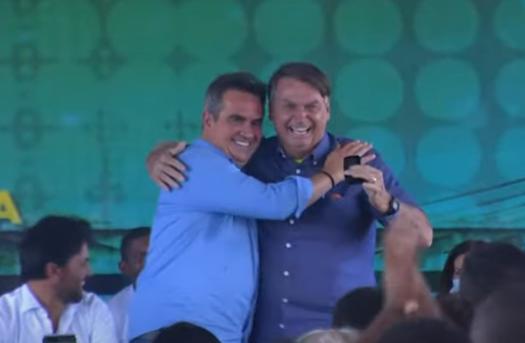 Ciro entrega opala ao presidente durante inauguração
