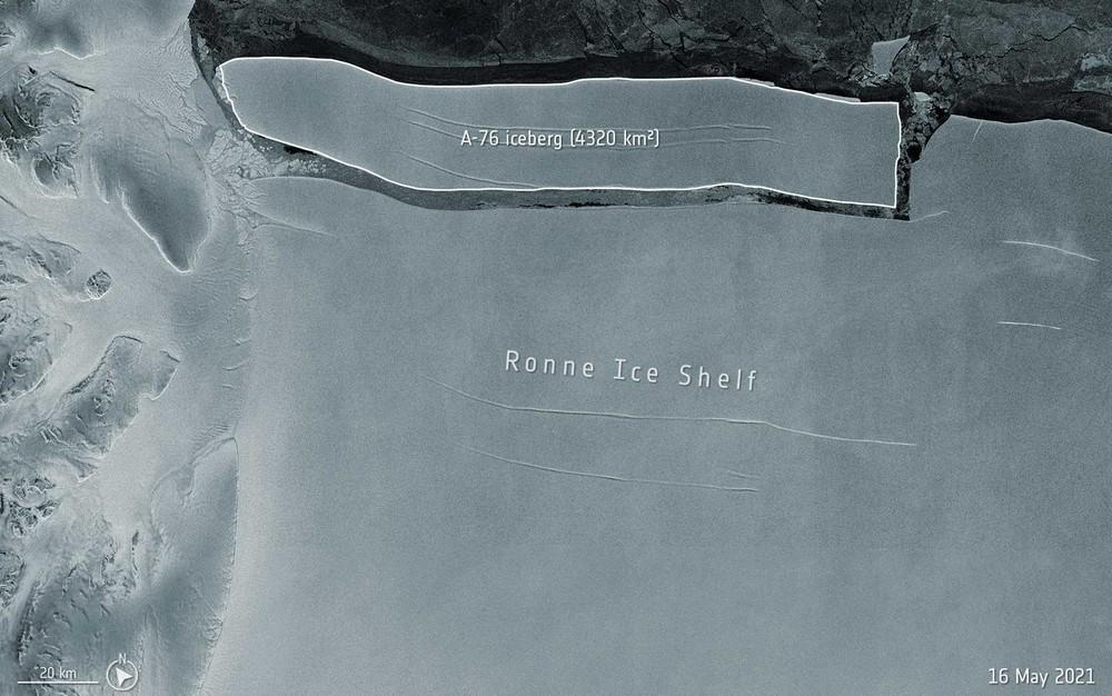 O iceberg A-76 tem cerca de 170 km de comprimento por 25 km de largura e área total de 4.320 km² — Foto: ESA / via AFP Photo
