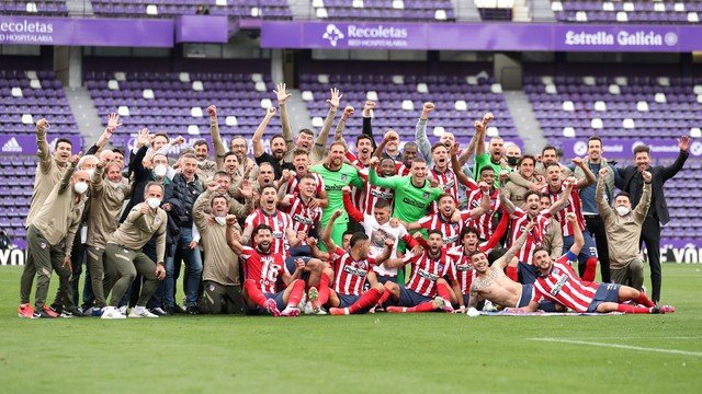 Jogadores e comissão técnica do Atlético de Madrid comemoram o Campeonato Espanhol (Foto: Getty Images)