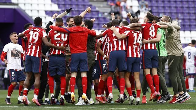 Jogadores do Atlético de Madrid comemoram a conquista do Campeonato Espanhol (Foto: Reuters)