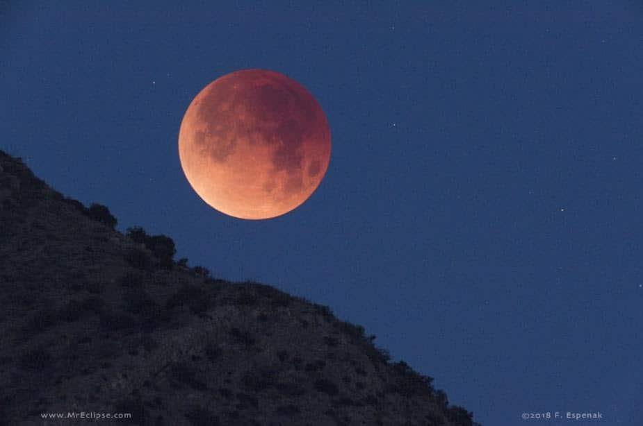 Lua avermelhada de eclipse sobre as Montanhas Chiricahua, no Arizona. Créditos: Fred Espenak/MrEclipse.com