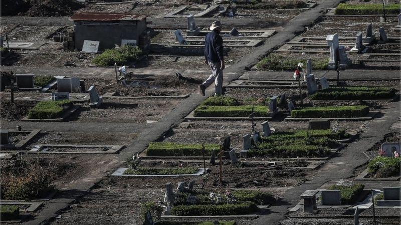 Cemitério em Buenos Aires; situação na capital argentina e no país se agravou nas últimas semanas, com aumento de mortes e falta de leitos- Foto: EPA/Juan Ignacio