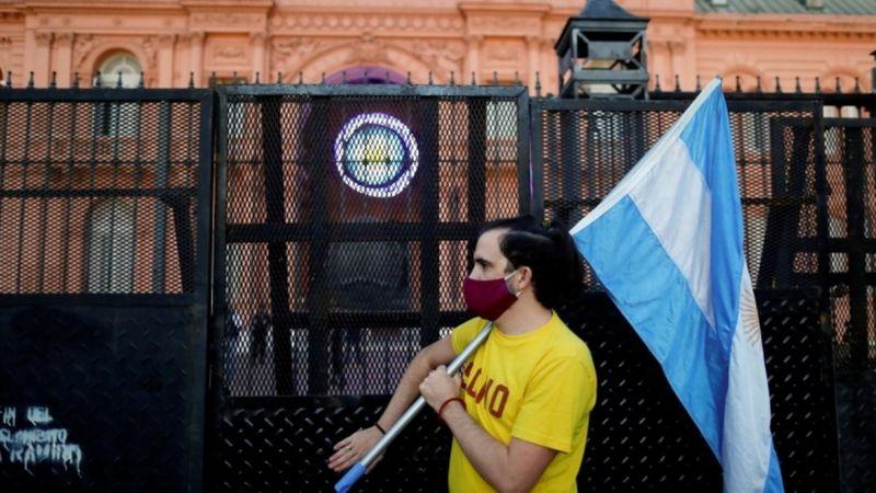 Manifestante contrário a medidas de restrição aparece em foto de abril em frente à Casa Rosada, em Buenos Aires- REUTERS/AGUSTIN MARCARIAN