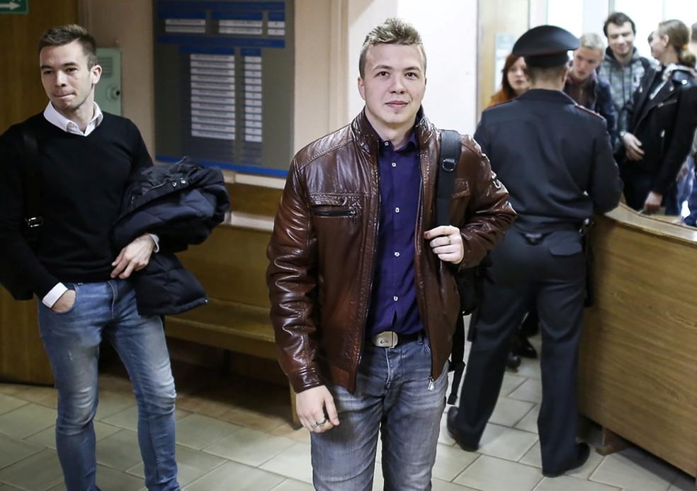 Roman Protasevich em foto de 10 de abril de 2017, quando chegava para prestar depoimento em Minsk — Foto: Stringer/Reuters