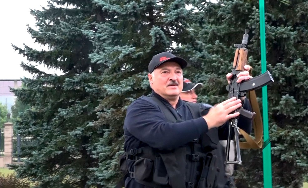 O presidente da Belarus, Alexander Lukashenko, apareceu em público armado com um rifle perto do Palácio da Independência em Minsk — Foto: State TV and Radio Company of Belarus via AP