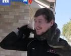 Vídeo sufocante: cobra píton dá bote no rosto de homem que a capturou