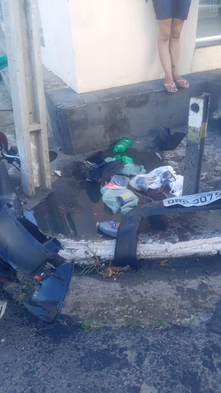 Placa do veículo ficou no local após a colisão (Foto: Reprodução/ WhatsApp)