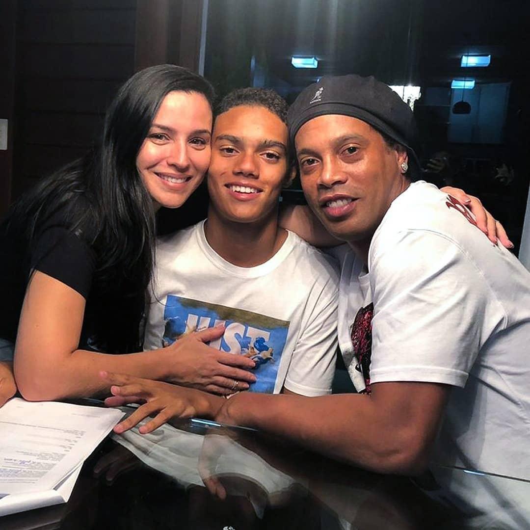 Janaina em registro raro, ao lado do filho e do ex Ronaldinho Gaúcho