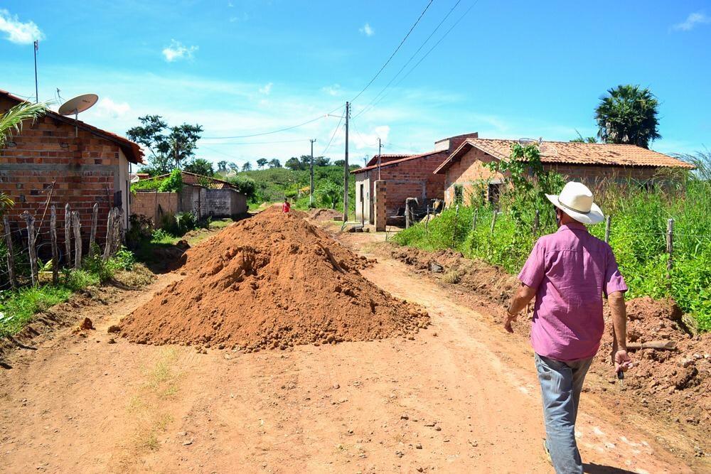 Prefeito Genival Bezerra, visita obras de pavimentação poliédrica - Imagem 7