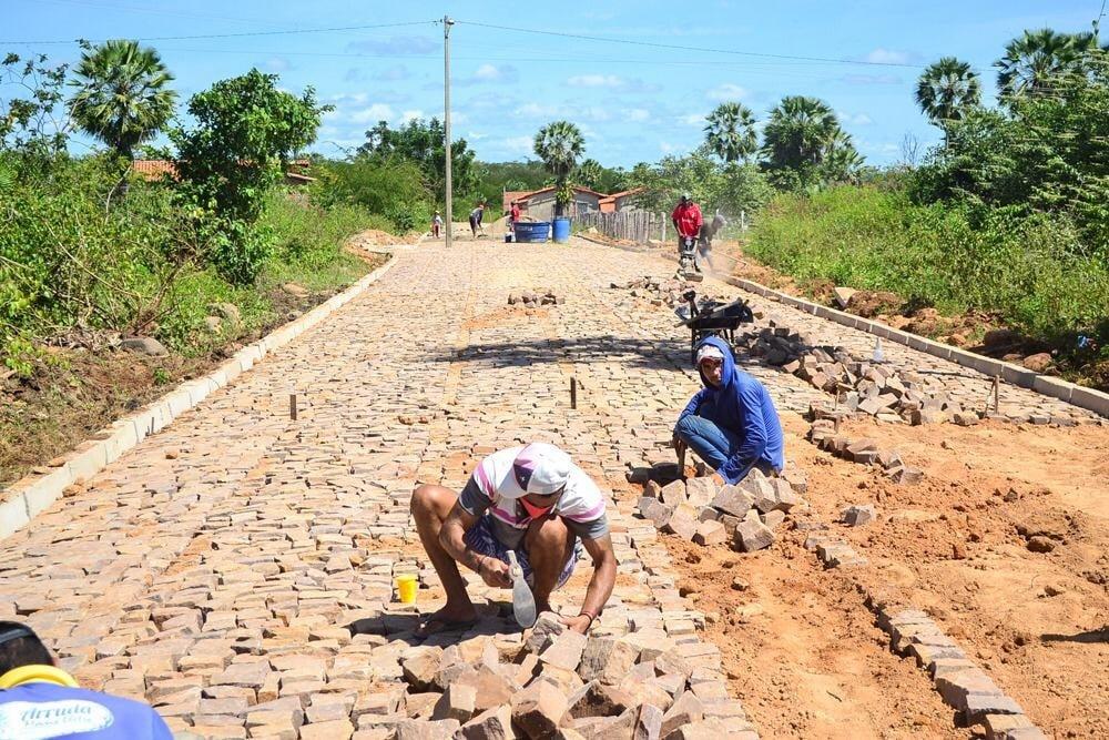 Prefeito Genival Bezerra, visita obras de pavimentação poliédrica - Imagem 9
