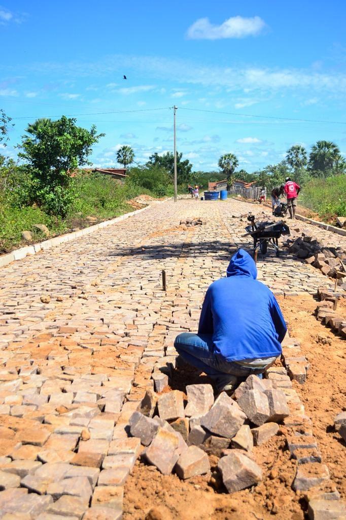 Prefeito Genival Bezerra, visita obras de pavimentação poliédrica - Imagem 2