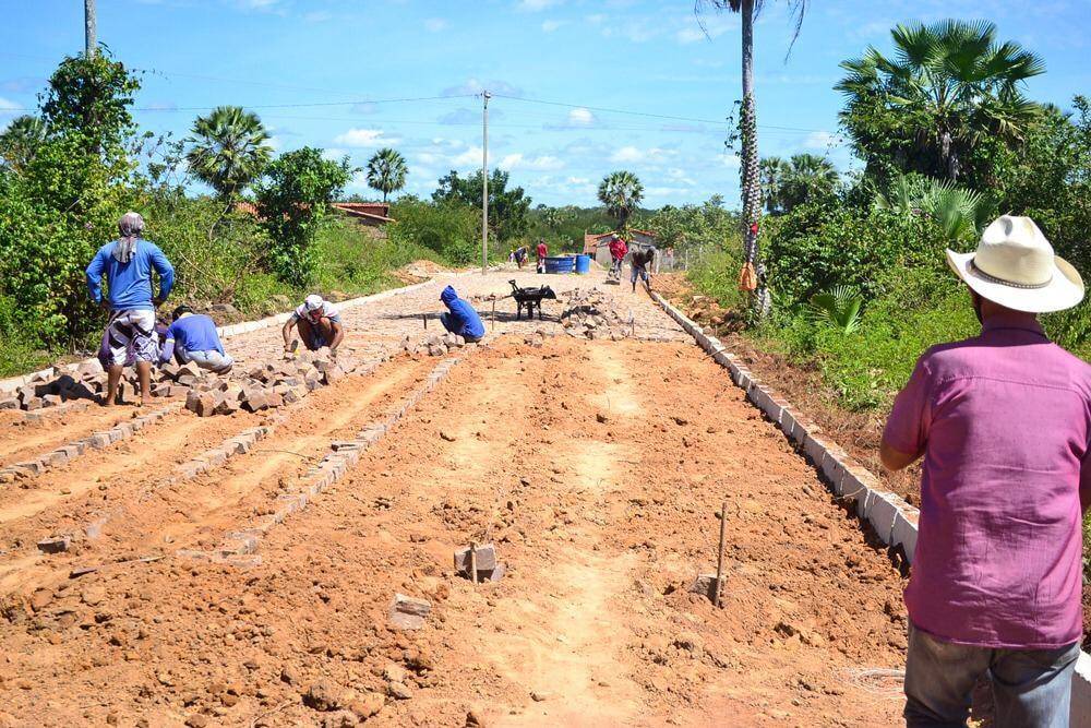 Prefeito Genival Bezerra, visita obras de pavimentação poliédrica - Imagem 5
