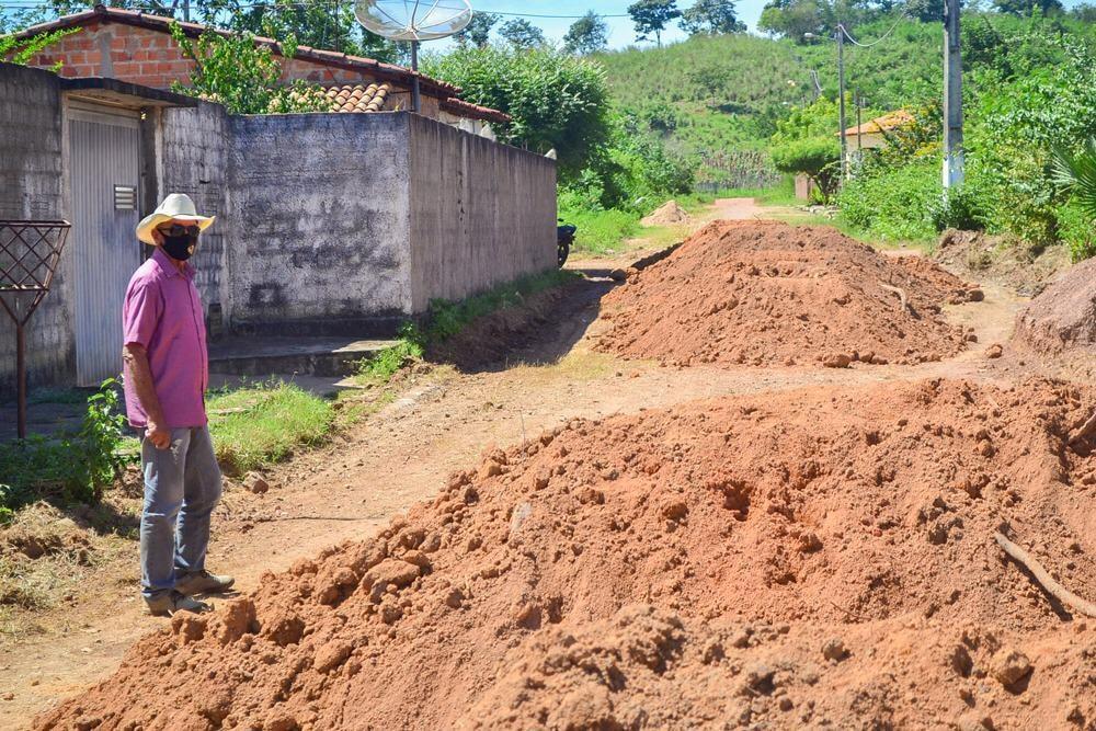 Prefeito Genival Bezerra, visita obras de pavimentação poliédrica - Imagem 3