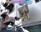 Após brincadeira, Youtuber é preso por fazer cão voar amarrado em balões