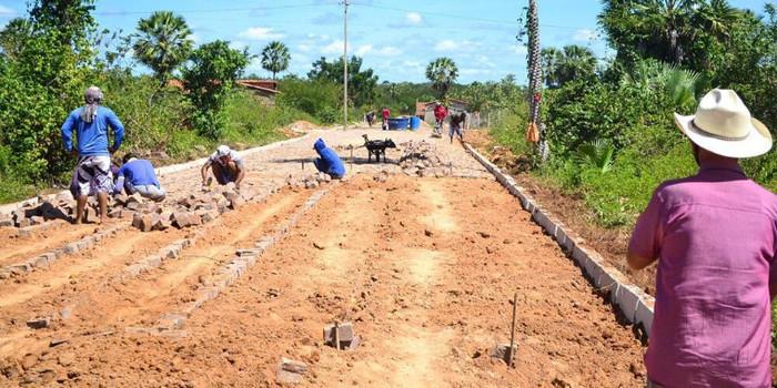 Prefeito Genival Bezerra, visita obras de pavimentação poliédrica