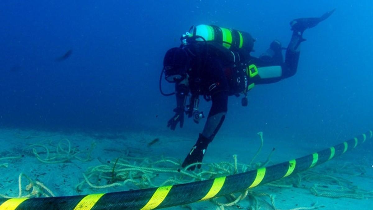 Em alguns pontos, os cabos no fundo do oceano podem chegar a quase 5 mil metros de profundidade.