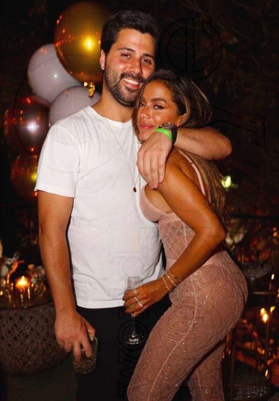 Anitta é flagrada aos beijos com bilionário em Miami - Imagem 1