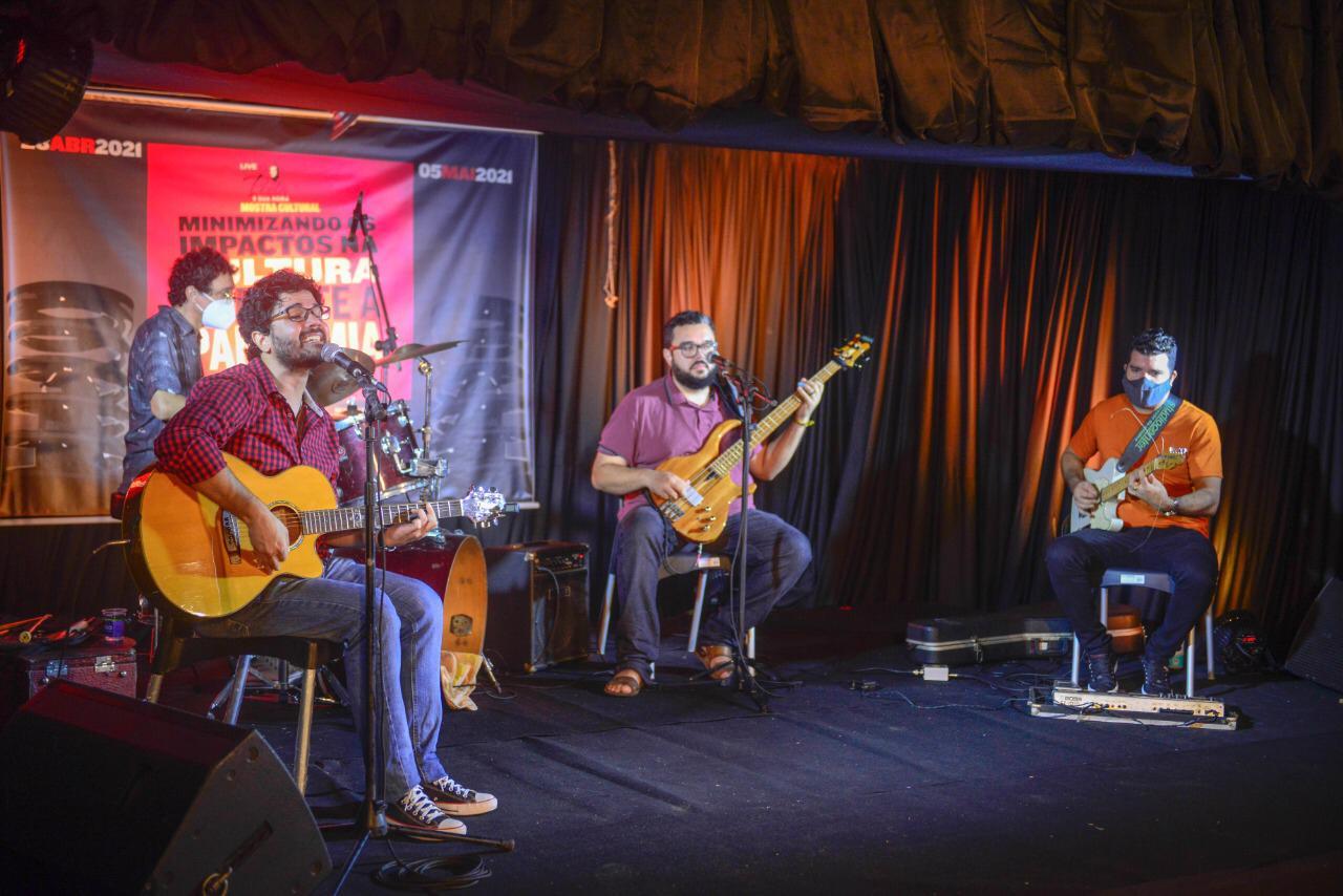 Haverá o Show da Banda Os Faustinos duante a live. (Foto: Divulgação)