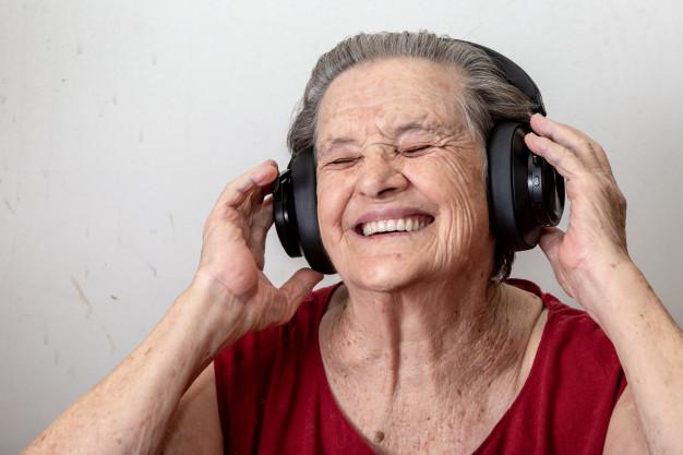 Idosa ouve música (Foto: reprodução)