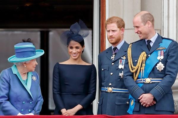 A rainha Elizabeth 2ª na companhia de Meghan Markle e dos príncipes Harry e William em evento real em julho de 2018 (Foto: Getty Images)