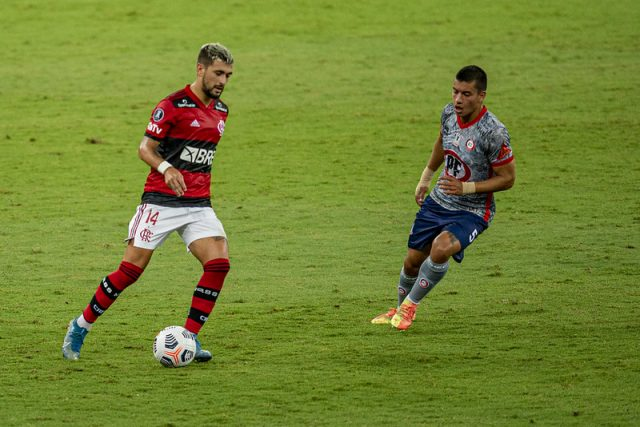 Arrascaeta em ação pelo Flamengo durante o jogo contra o La Calera na Copa Libertadores de 2021- Foto: Marcelo Cortes/Flamengo