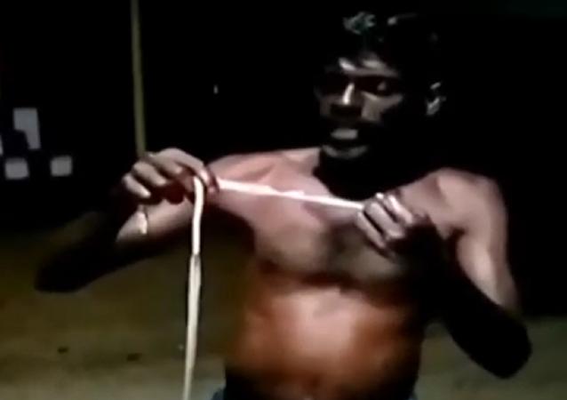 """Indiano é preso ao devorar cobra para """"manter Covid-19 longe""""  - Imagem 1"""