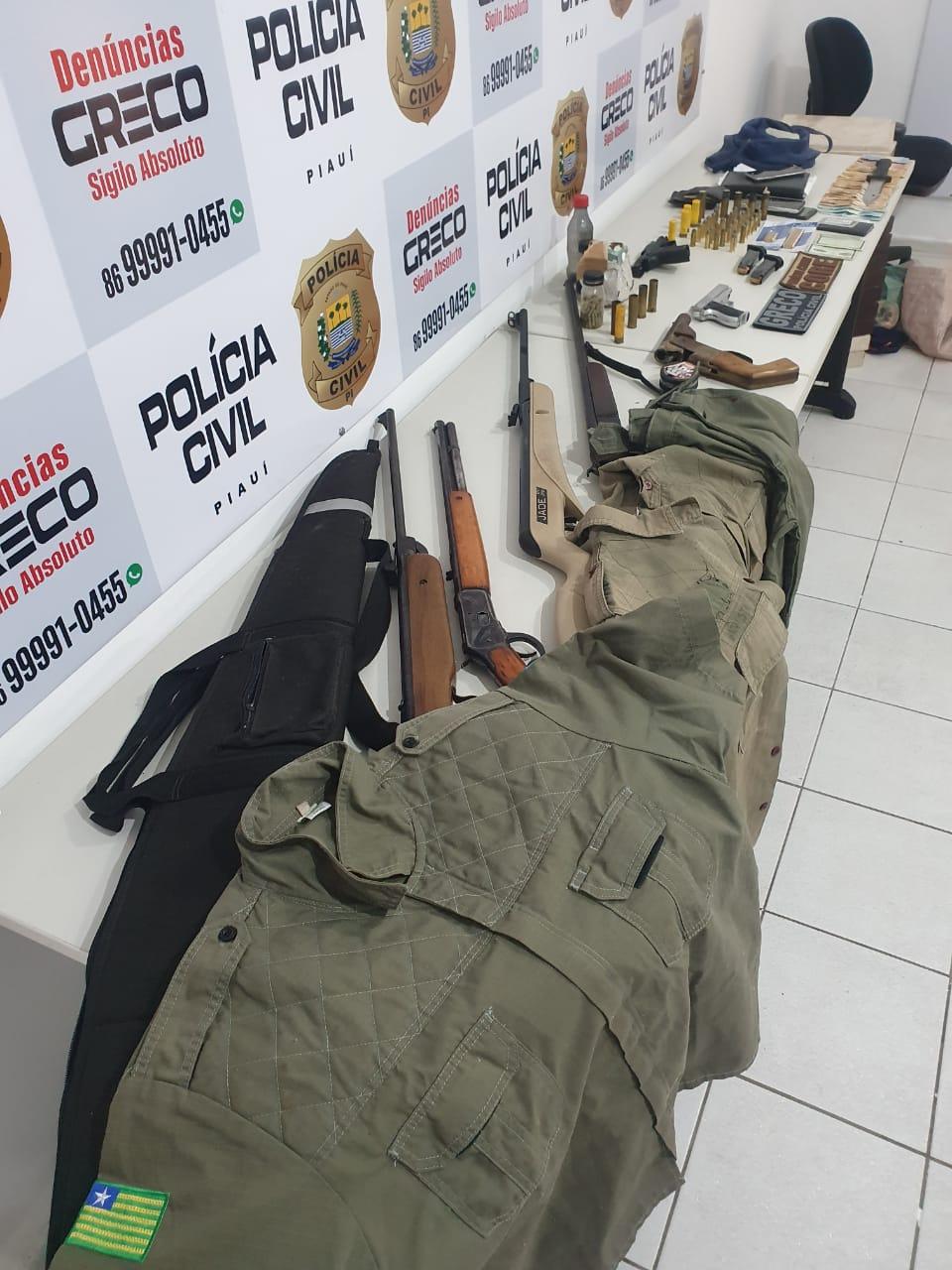 Muitas armas e até farda da Polícia Militar foram encontrados com os bandidos - Foto: Divulgação/Polícia Civil