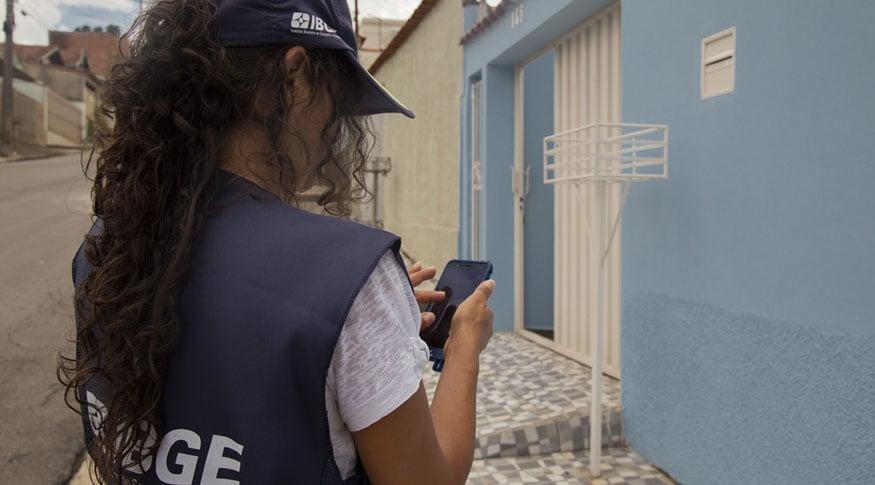 Recenseadora faz pesquisa para o IBGE (Simone Mello/Agência IBGE Notícias)