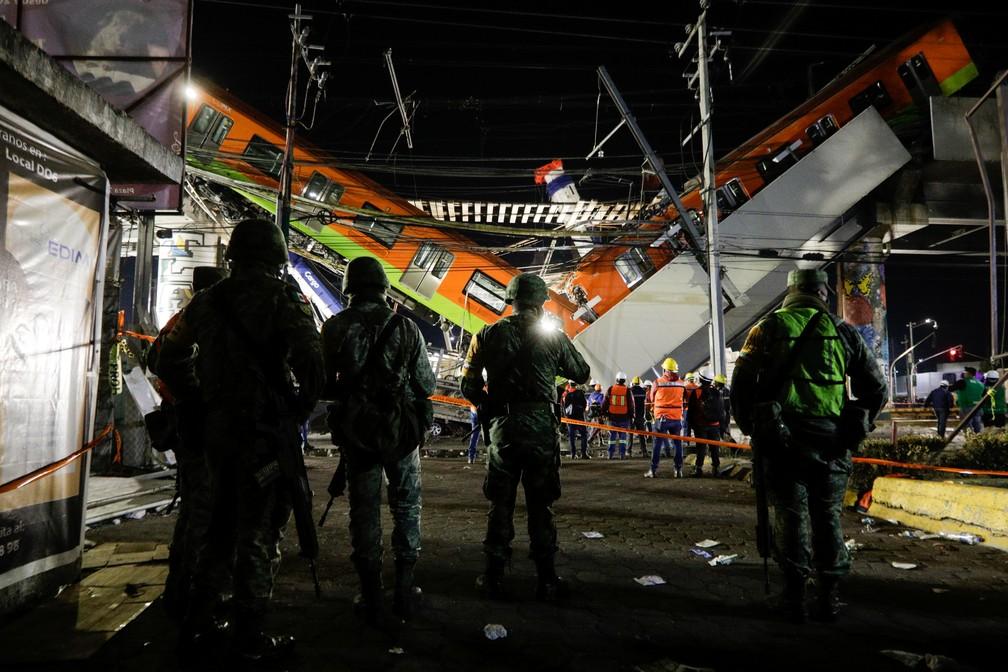 Equipes de resgate trabalham na área onde um viaduto do metrô desabou e deixou mortos e feridos no México