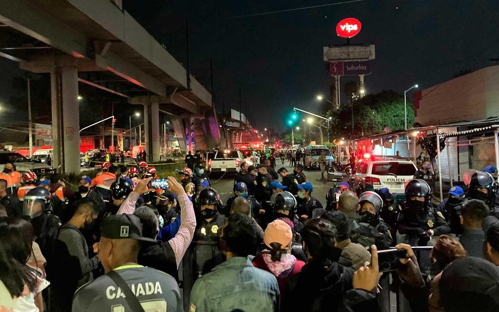 Pessoas observam o resgate na Cidade do México