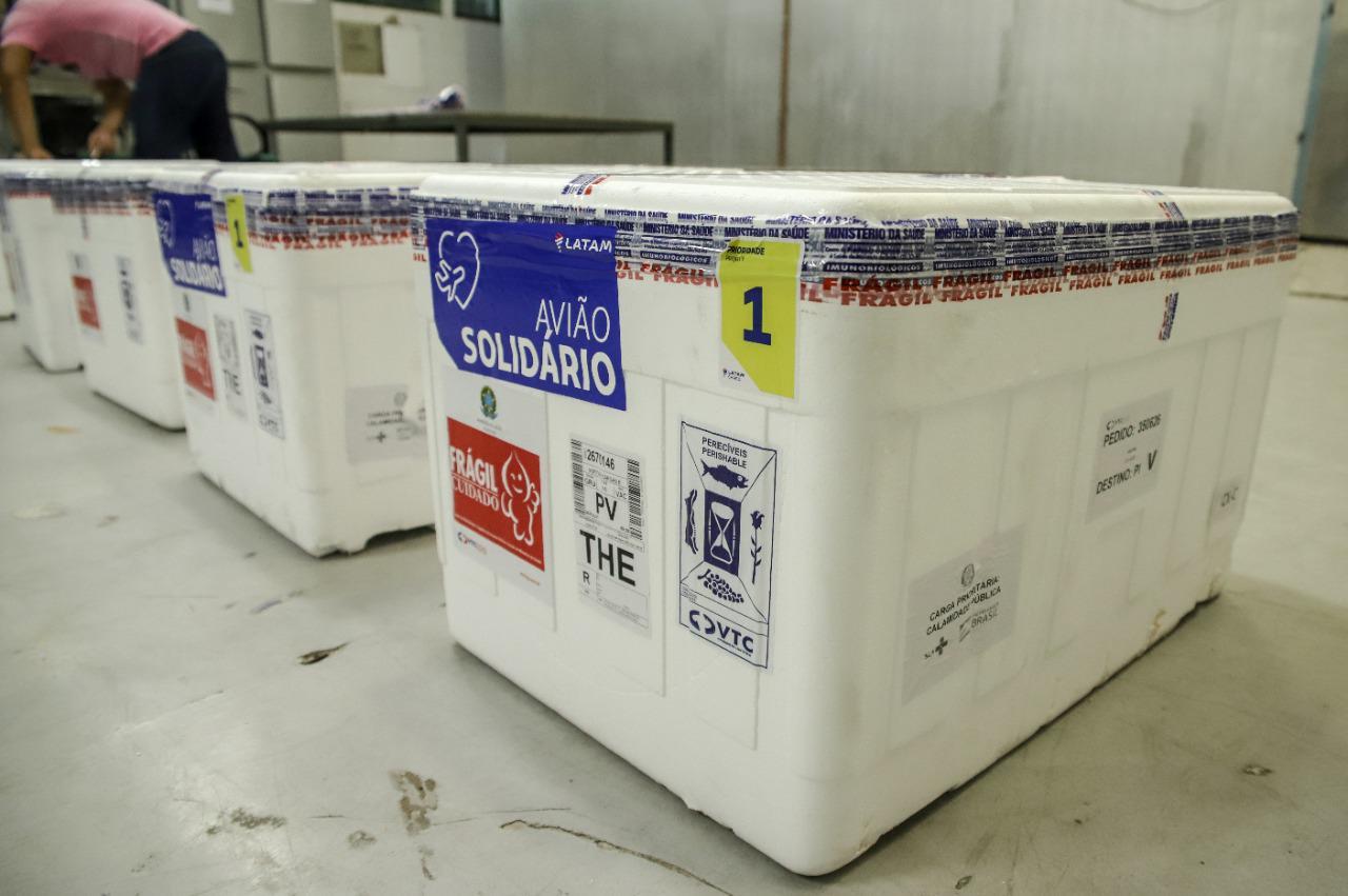 Carga de vacinas da Astrazeneka desembarcando no Aeroporto de Teresina - Foto: Divulgação/Sesapi