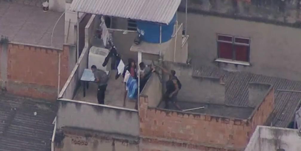 Homens armados tentam fugir durante operação no Jacarezinho - Foto: Reprodução