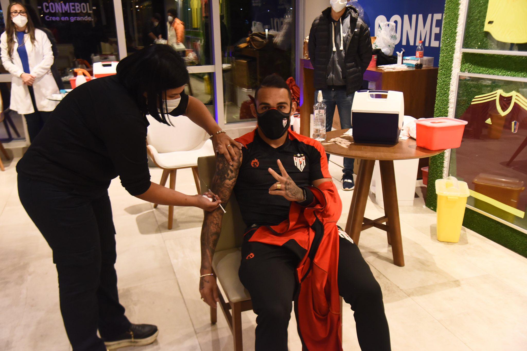 Jogador do Atlético-Go recebendo dose na sede da Conmebol -Foto: Reprodução Twitter