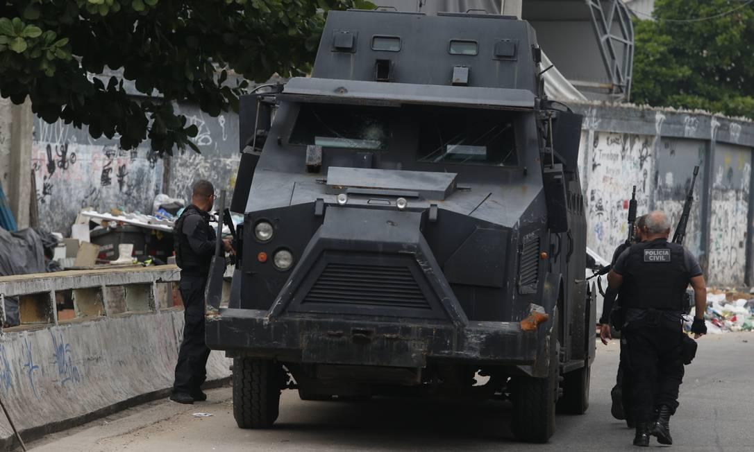 Movimentação de policiais na comunidade. Foto Fabiano Rocha/ Agência O Globo Foto: Fabiano Rocha / Fabiano Rocha