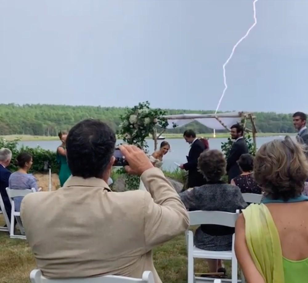 Momento em que raio cai a metros de local onde casal fazia votos em cerimônia de casamento nos EUA — Foto: Reprodução/Instagram/asawitsky