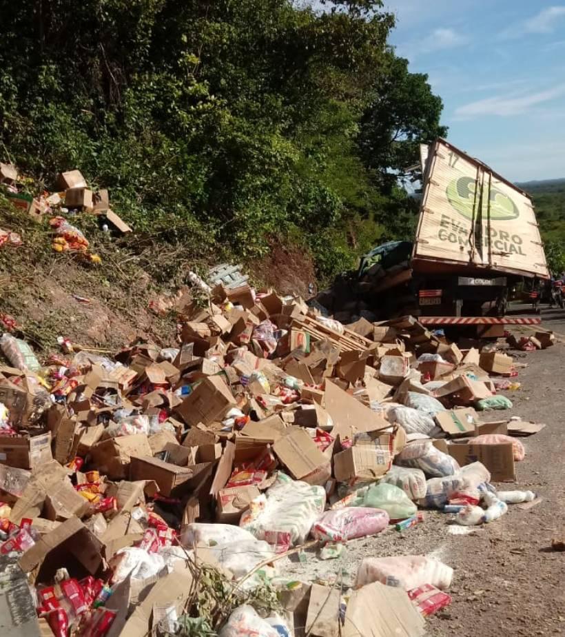Carreta tomba em rodovia após motorista perder o controle em curva (Foto: Reprodução/ WhatsApp)