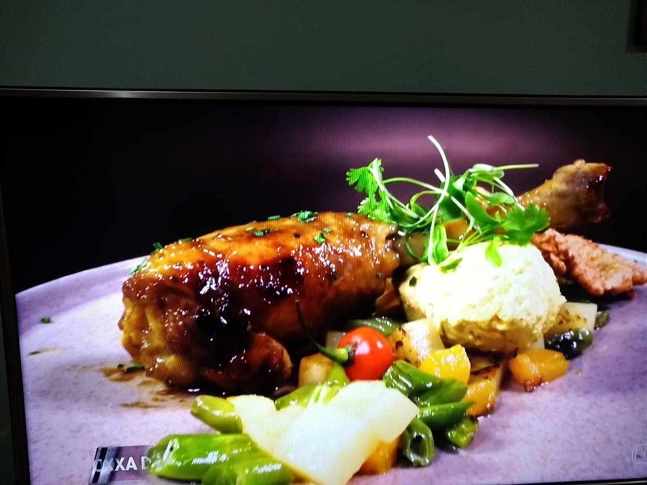 Coxa de galinha caipira, mousse de galinha e legumes da roça. (Foto: Reprodução)
