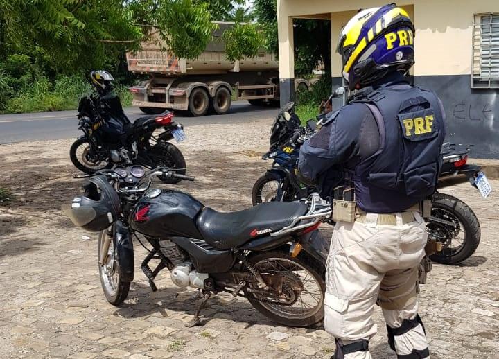 Dupla é presa pela PRF com motocicleta roubada em Teresina