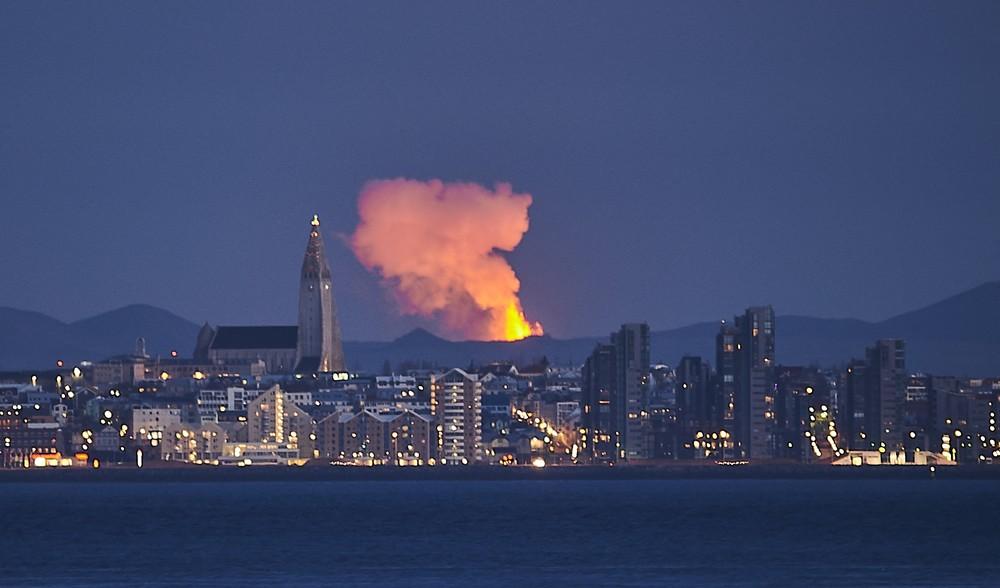 Brilho de lava é visto na capital da Islândia após erupção de vulcão. — Foto: Halldor Kolbeins / AFP