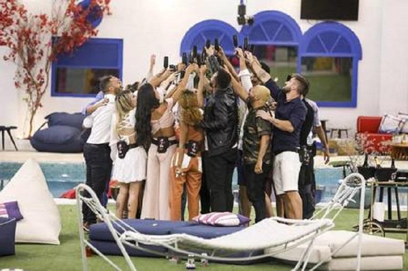 """Participantes brindam no reencontro após a final do """"BBB 21"""" Foto: Globo"""