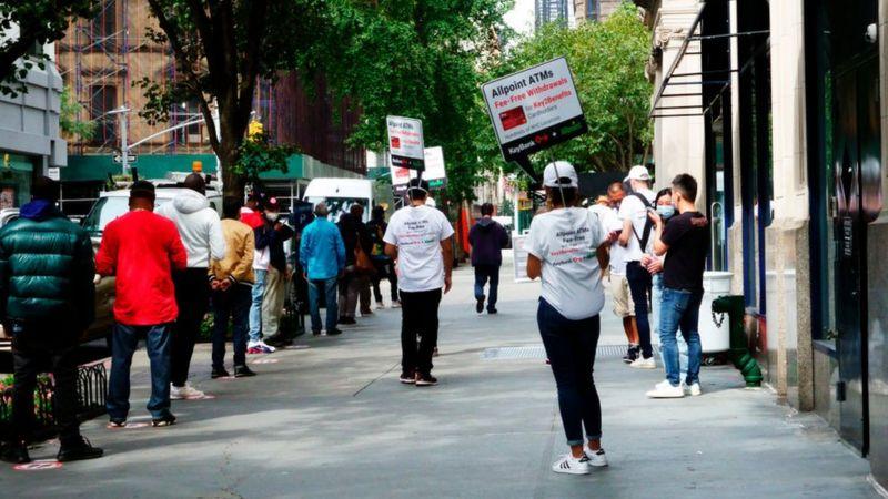 Muitas pessoas que perderam seus empregos agora recebem seguro-desemprego e outros tipos de assistência governamental- Foto: Getty Images