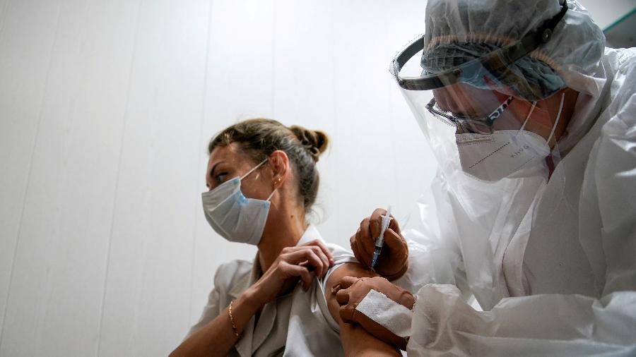 Postar foto da carteirinha de vacinação pode gerar processos