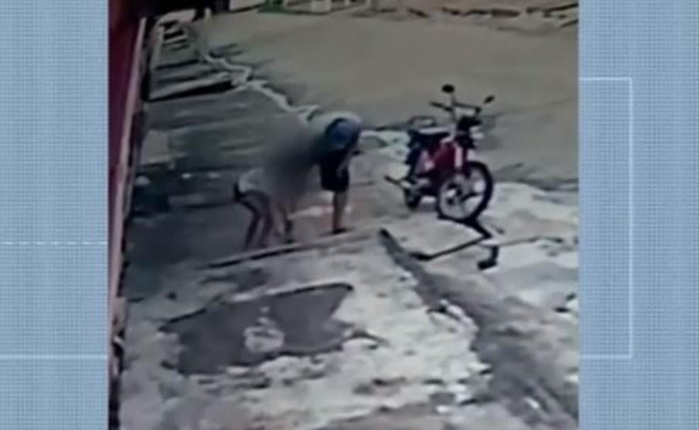 Câmera de uma residência flagra momento em que homem aborda a criança   FOTO: Reprodução