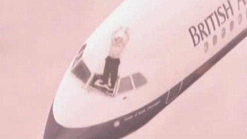 Recriaçao do famoso momento em que piloto foi sugado durante voo